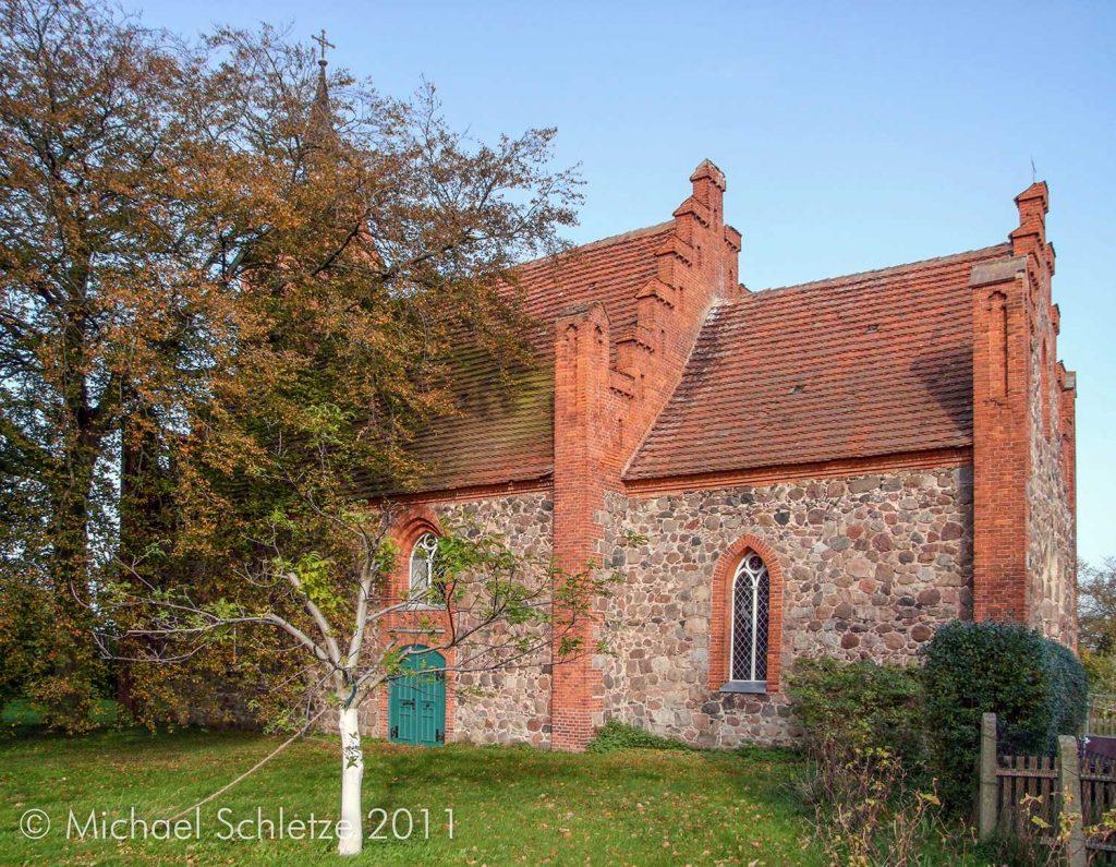 Stark neogotisch überformt: Kuhbiers Dorfkirche aus dem 14. Jahrhundert