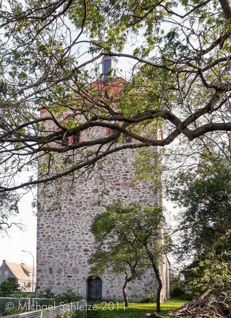 Wuchtiger spätmittelalterlicher Westturm