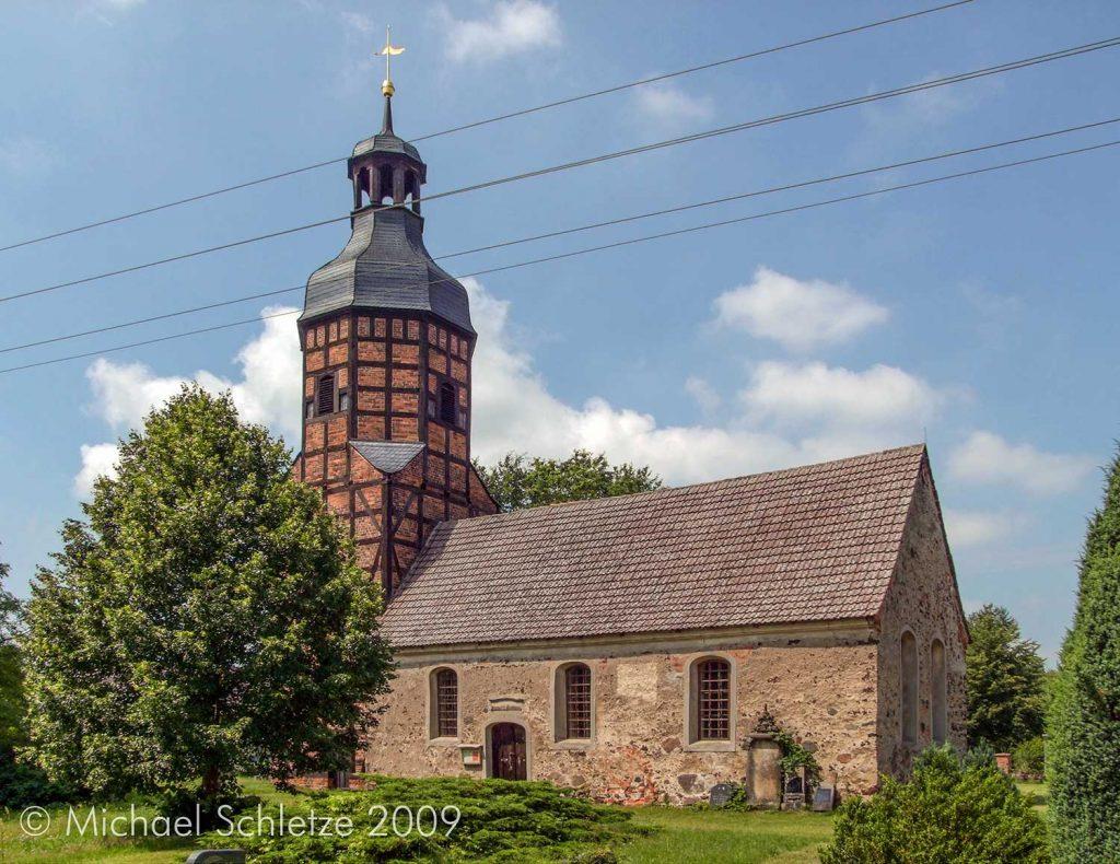 Spätmittelalterlicher Rechecksaal mit barockem Westturm: Die Kirche von Langennaundorf
