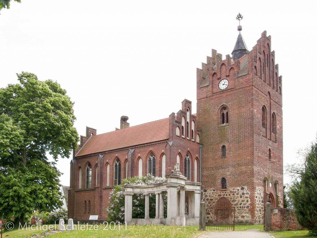 Spätmittelalterliche Dorfkirche im 19. Jahrhundert zum dreischiffigen Saalbau erweitert