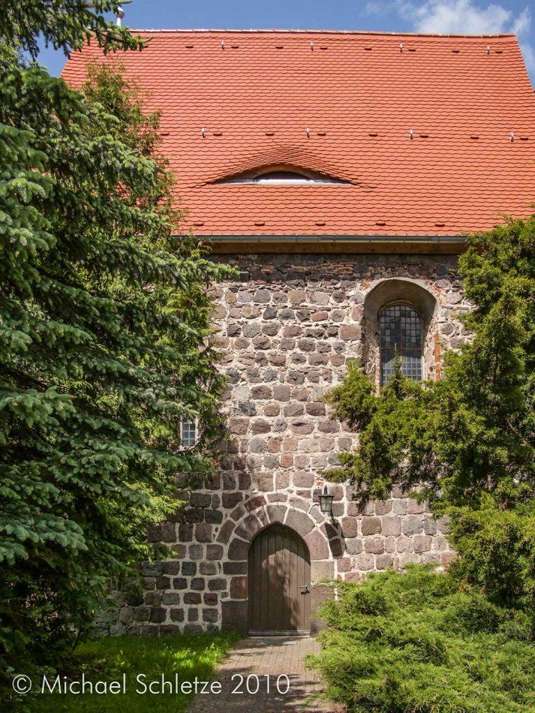 Zugang zu Reichenows Dorfkirche auf der Südseite des Schiffs